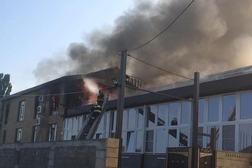Цех по производству шуб пылает на Ставрополье